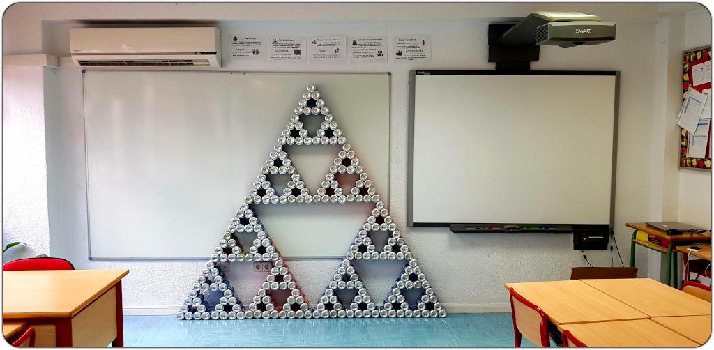 Triángulo de sierpinski con latas de refresco